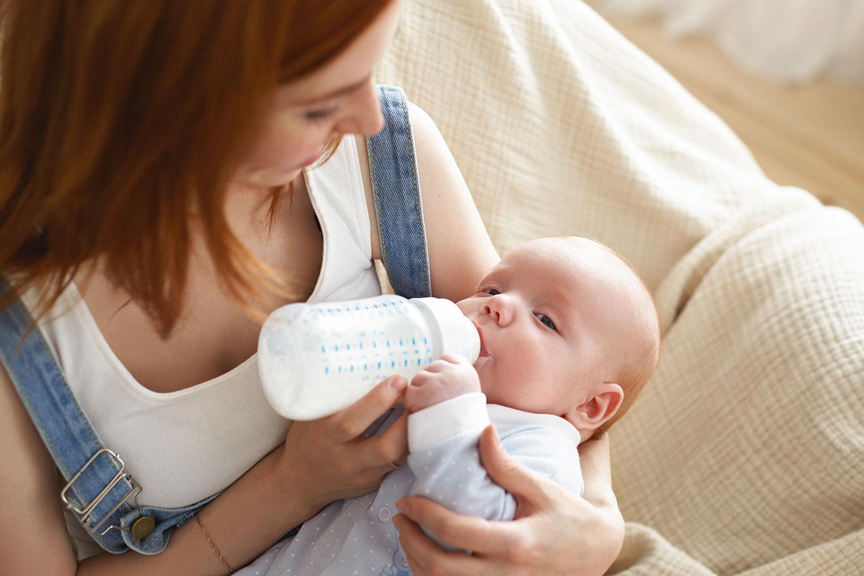 Vì sao không nên dùng nước đun sôi để pha sữa cho bé?
